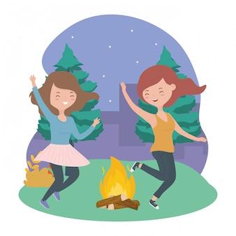 Gelukkig vrouwen kampvuur bomen nacht landschap