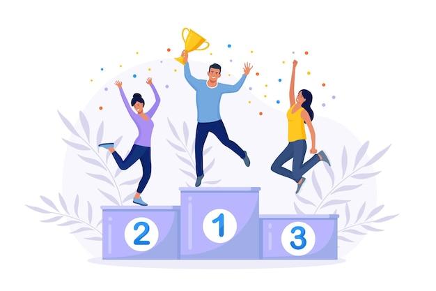 Gelukkig zakenlieden staan op het winnende podium met award. man krijgt beloning met gouden trofee beker. teamwerk, succesvolle carrière, doel bereiken