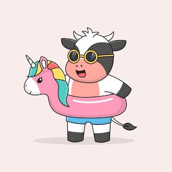 Gelukkig zwemmen koe met eenhoorn rubberen ring en zonnebril