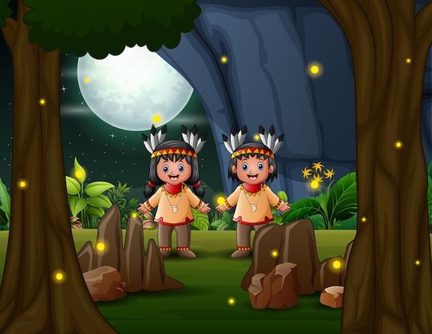Gelukkige amerikaanse indische jongen en meisje in het nachtlandschap