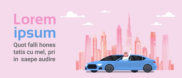 Gelukkige arabische eigenaar die nieuwe auto over de stad van het silhouet drijft. aankoopconcept voertuig