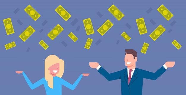 Gelukkige bedrijfsman en vrouw die geld rijk rijk en onderneemster financieel succes werpen