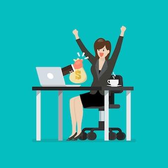 Gelukkige bedrijfsvrouw die zak geld krijgt van haar laptop