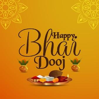 Gelukkige bhai dooj uitnodigingsgroetkaart met creatieve pooja thali en gouden kalash op gele achtergrond
