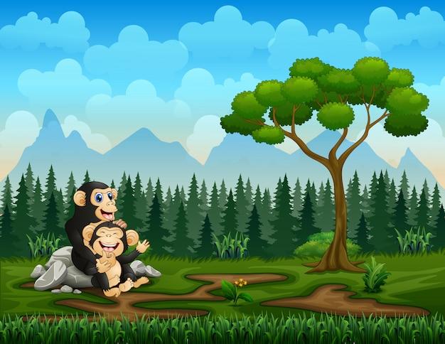 Gelukkige chimpanseemoeder met haar baby in het groene gebied