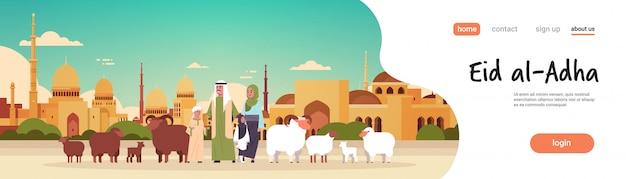 Gelukkige eid al-adha mubarak moslim vakantie concept familie staande met witte zwarte schapen kudde offerfeest nabawi moskee gebouw stadsgezicht plat volledige lengte horizontale kopie ruimte