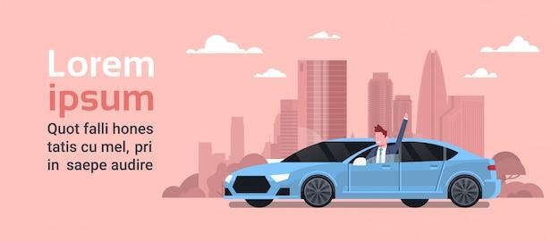 Gelukkige eigenaar nieuwe auto rijden over silhouet stad. aankoopconcept voertuig