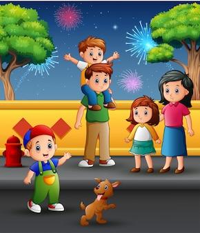Gelukkige familie in openlucht met een achtergrond van vuurwerk in de hemel