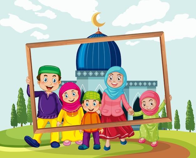 Gelukkige familie met fotolijstjes met moskee