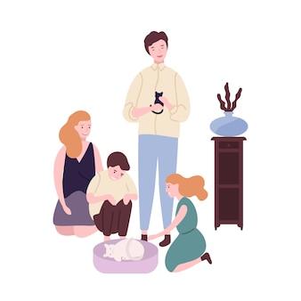 Gelukkige familie tijd samen doorbrengen. grappige moeder, vader, zoon en dochter zorgen voor kat en kitten. schattige ouders en kinderen thuis. vrijetijdsbesteding. platte cartoon kleurrijke illustratie.