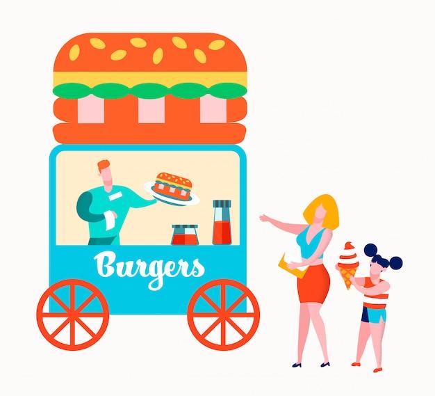 Gelukkige familie van moeder en dochter kopen hamburgers