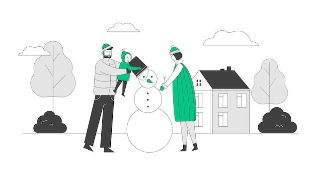 Gelukkige familie van moeder, vader en kleine baby tijd buiten besteden sneeuwpop maken