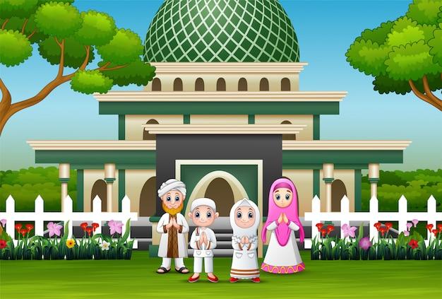 Gelukkige familie vieren voor eid mubarak vooraan de moskee