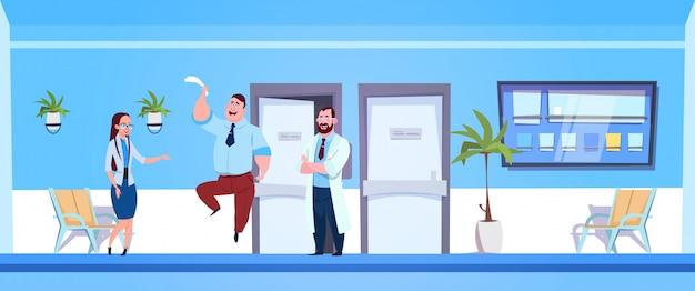 Gelukkige gezonde mensenpatiënt met arts in hospital