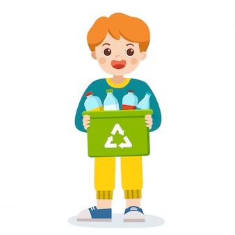 Gelukkige glimlachende jongen die een containerbak met flessen draagt die geschikt zijn voor recycling. red de aarde. recycleren van afval.