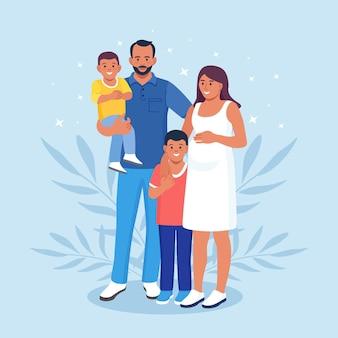 Gelukkige grote familie die samen staat. zwangere mama, papa en kinderen. glimlachende familieleden verzamelen zich in groep