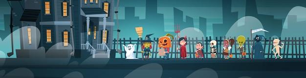 Gelukkige halloween-banner met leuke beeldverhaalmonsters die naar donker kasteel met spoken lopen