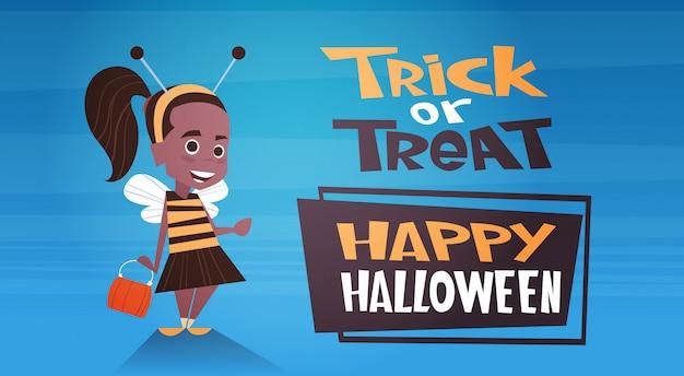 Gelukkige halloween-banner met leuke trick or treat van de beeldverhaalbij