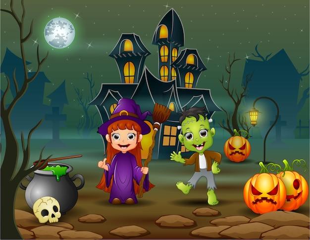 Gelukkige halloween-heks en frankestein voor het huis