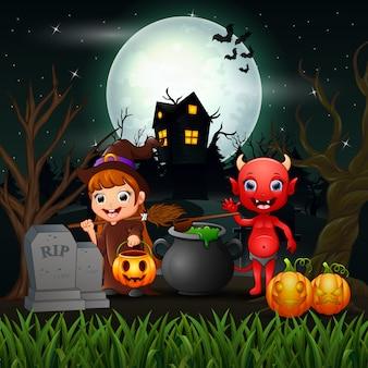 Gelukkige halloween-heks en rode duivel in de nacht