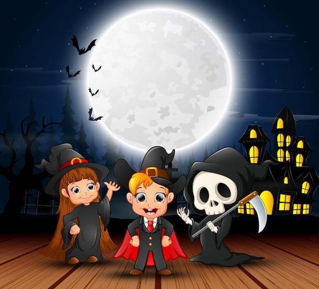 Gelukkige halloween-kinderen met eng huis