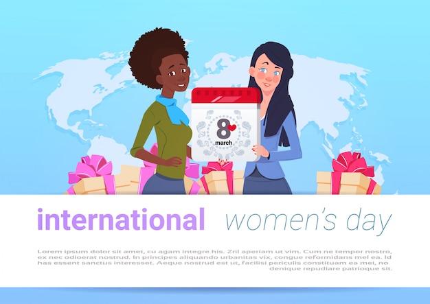 Gelukkige internationale vrouwendag malplaatjebanner met diverse meisjes over wereldkaart die 8 maart-kalenderpagina houden