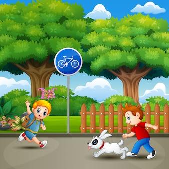 Gelukkige jonge geitjes die en in het stadspark lopen spelen