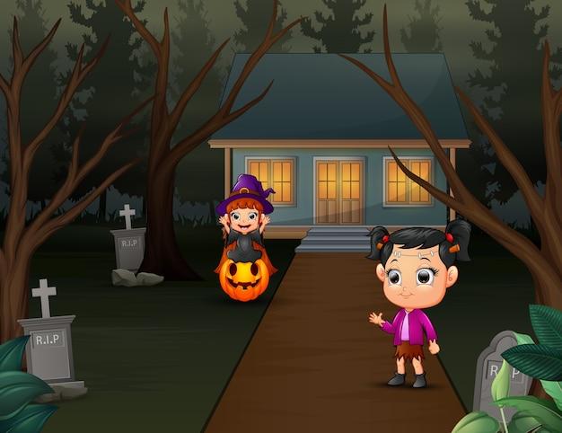 Gelukkige jonge geitjes die halloween-kostuum dragen