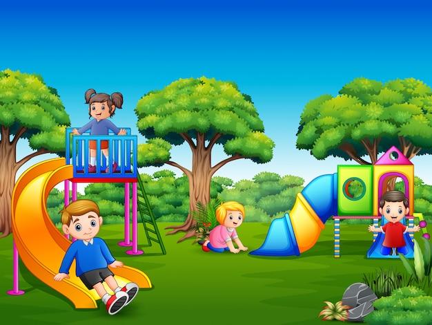 Gelukkige jonge geitjes die op de speelplaats spelen