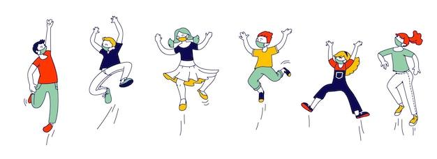 Gelukkige jonge geitjes in medische maskers staan in rij dansen en springen. kleine kinderen karakters verheugen zich op zomervakantie of feest. leuke grappige jongens en meisjes covid19. lineaire mensen vectorillustratie