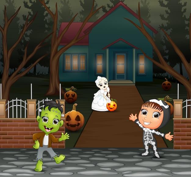 Gelukkige jonge geitjes met halloween-kostuum op de homepage
