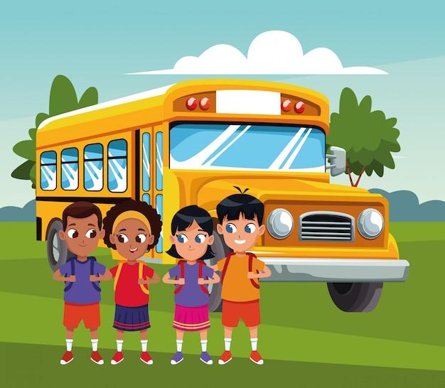 Gelukkige jonge geitjes over schoolbus en landschap