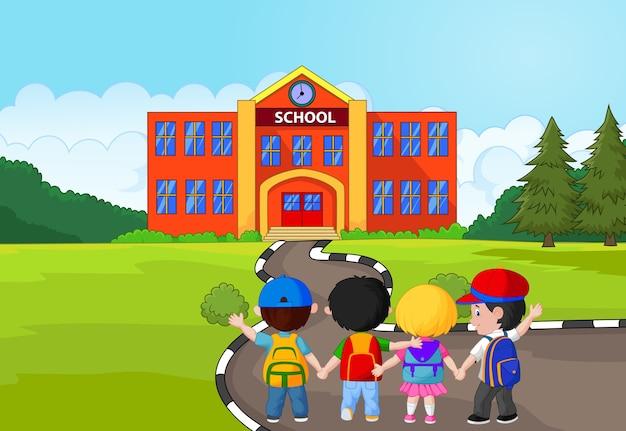 Gelukkige jonge kinderen die samen aan school lopen