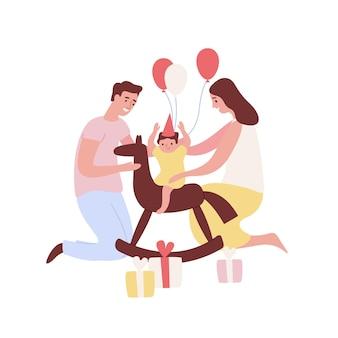 Gelukkige jonge ouders houden zoontje op hobbelpaard verjaardag vieren holding