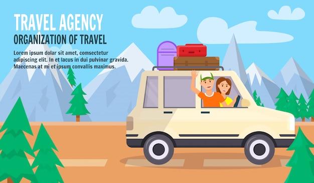 Gelukkige jonge paar reizen met de auto bij bergen