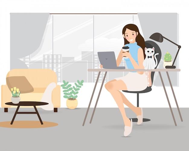 Gelukkige jonge vrouw die van huis met de illustratie van de huisdierenkat werken