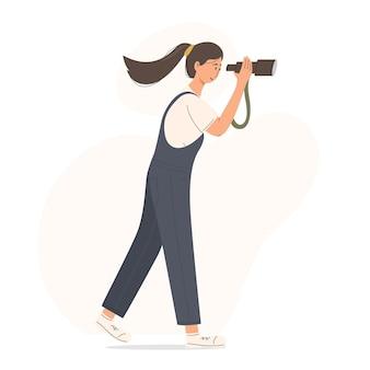 Gelukkige jonge vrouw gebruikt telescoop voor sighseein in bos