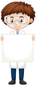 Gelukkige jongen die laboratoriumtoga op wit draagt