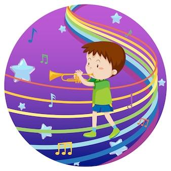 Gelukkige jongen die trompet speelt met regenboogmelodie op blauwe en paarse achtergrond met kleurovergang