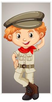 Gelukkige jongen in safarikostuum