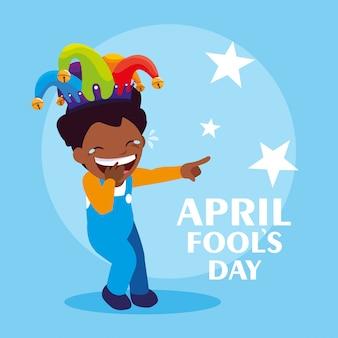 Gelukkige jongen met april van de jokerhoed dwazen dagkaart