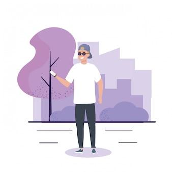 Gelukkige jongen met zonnebril en vrijetijdskleding