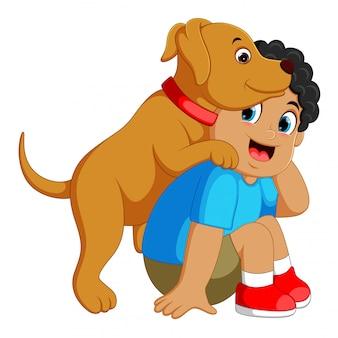 Gelukkige jongen speelt met zijn huisdier