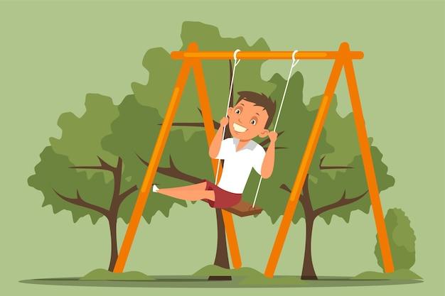 Gelukkige jongen swingende, glimlachende schooljongen in vrijetijdskleding die op schommel zit.