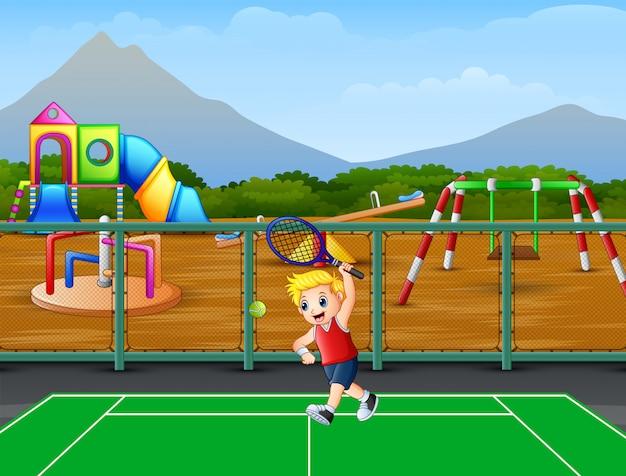Gelukkige jongen tennissen op de rechtbanken