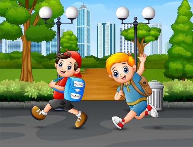 Gelukkige jongen twee die op de weg loopt