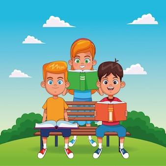 Gelukkige jongens boeken lezen zittend op een bankje en meisje die boek status lezen