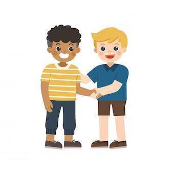 Gelukkige jongens die en handen bevinden schudden die vrede maken. gelukkige multiraciale beste vrienden van kinderen. gelukkige jongens vangen elkaars hand. school vriendschap.