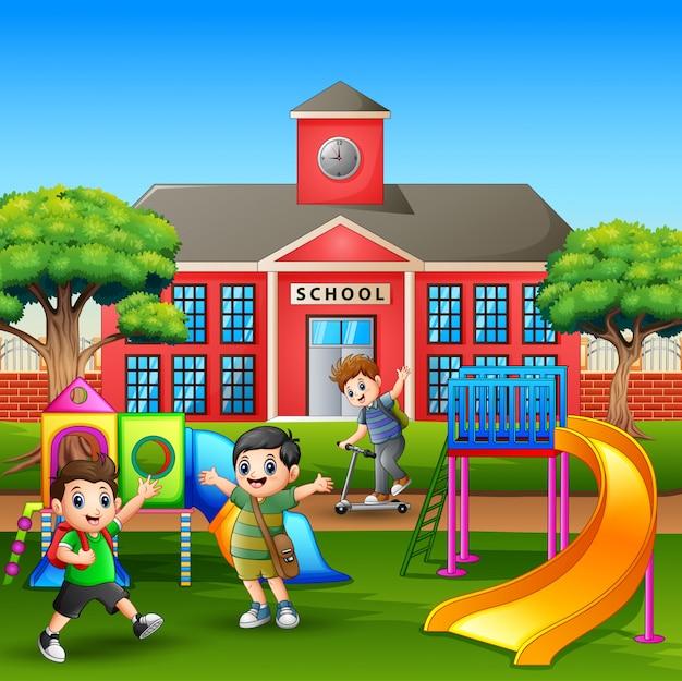 Gelukkige jongens spelen in de speeltuin