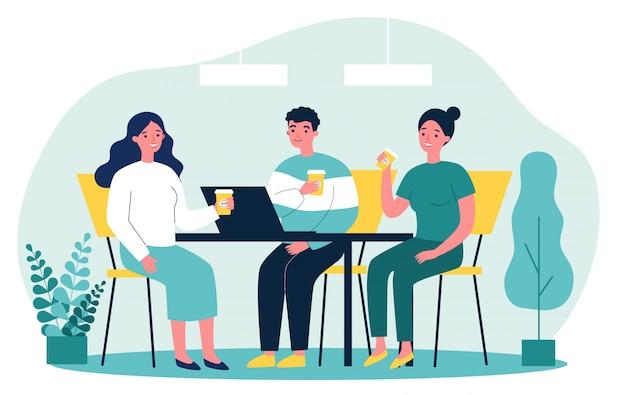 Gelukkige jongeren die samen koffie drinken tijdens de lunch